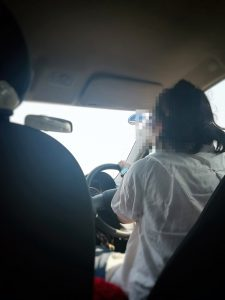 高速道路で飛ばすドライバー